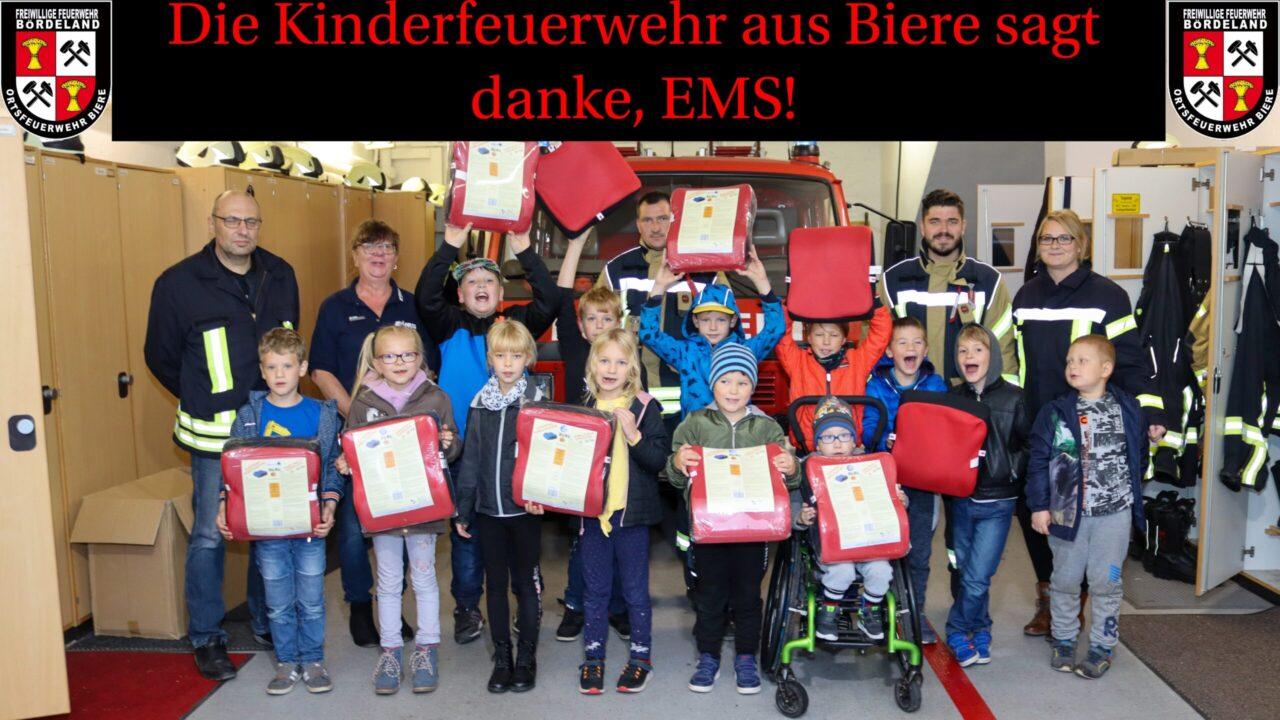 Gruppenfoto der Kinderfeuerwehr und den Kameraden, zusammen mit der EMS.